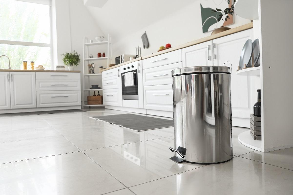 Biała kuchnia z drewnem – aranżacje, inspiracje i pomysły łączenia płytek w kuchni
