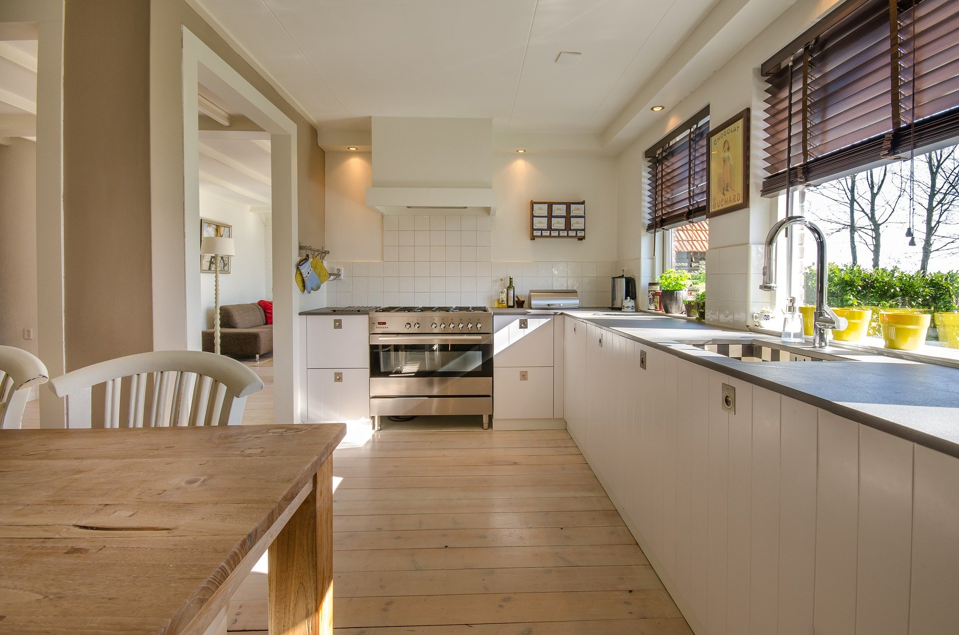Biała farba do ścian w aranżacji kuchni. 4 sprawdzone inspiracje na piękną, białą kuchnię