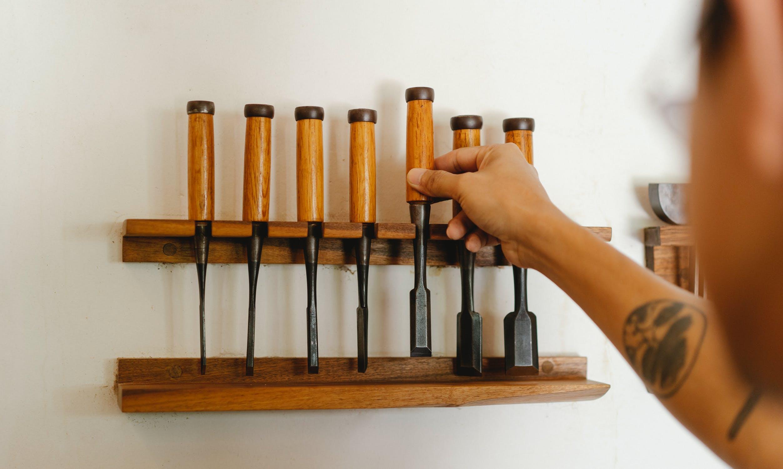 Niezbędne narzędzia do drewna – stwórz własny zestaw!